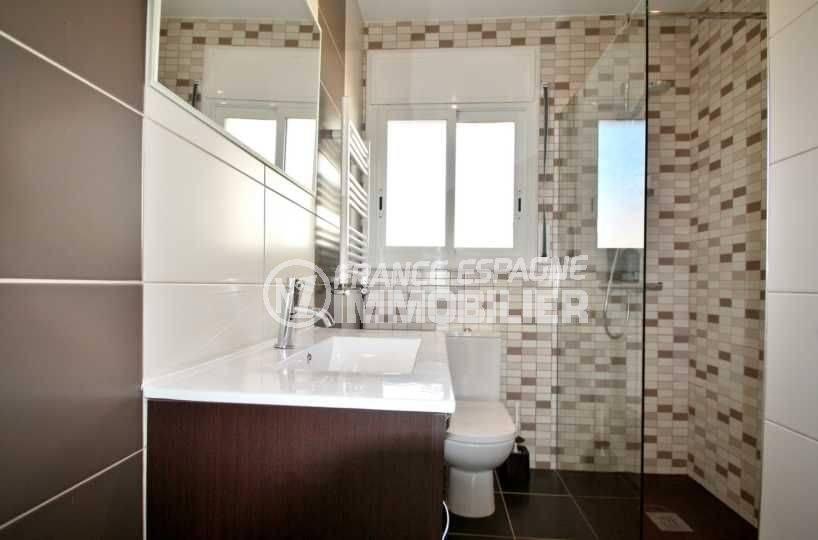 achat immobilier costa brava: villa ref.3808, salle d'eau avec wc, vasque, rangements et sèche serviette