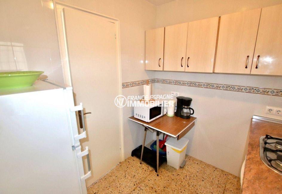immo roses espagne: appartement ref.3824, vue sur la cuisine avec des rangements
