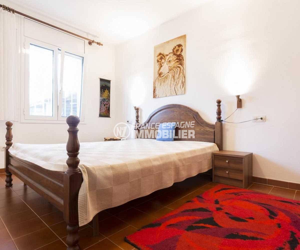 agence immobiliere costa brava: ref.3833, première chambre avec lit double et placards