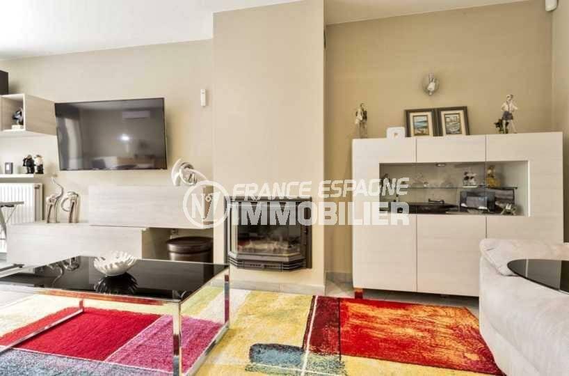agence immobilière costa brava: villa ref.3827, vue sur le salon avec une jolie cheminée