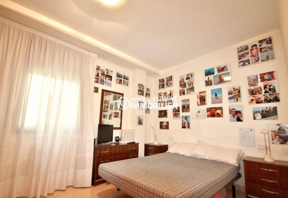 agence immobiliere palau saverdera: appartement ref.3823, première chambre: lit double