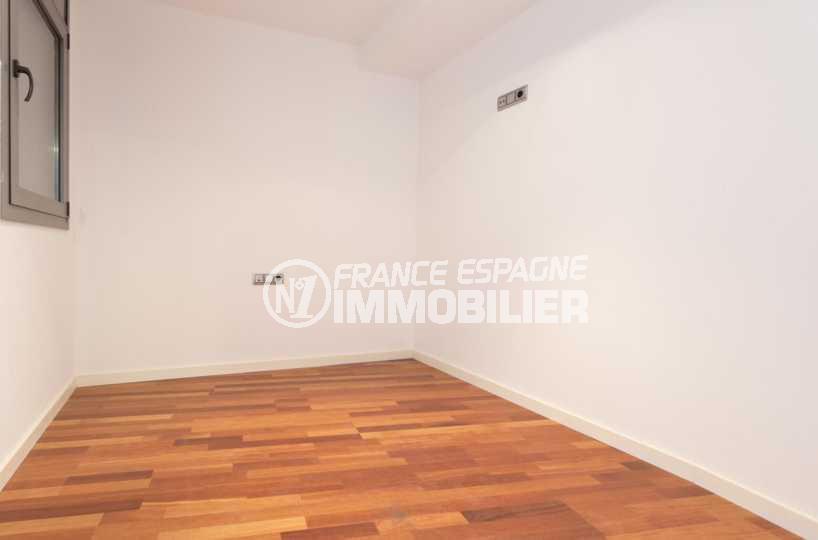 immo roses: appartement ref.3826, seconde chambre avec parquet bois moderne