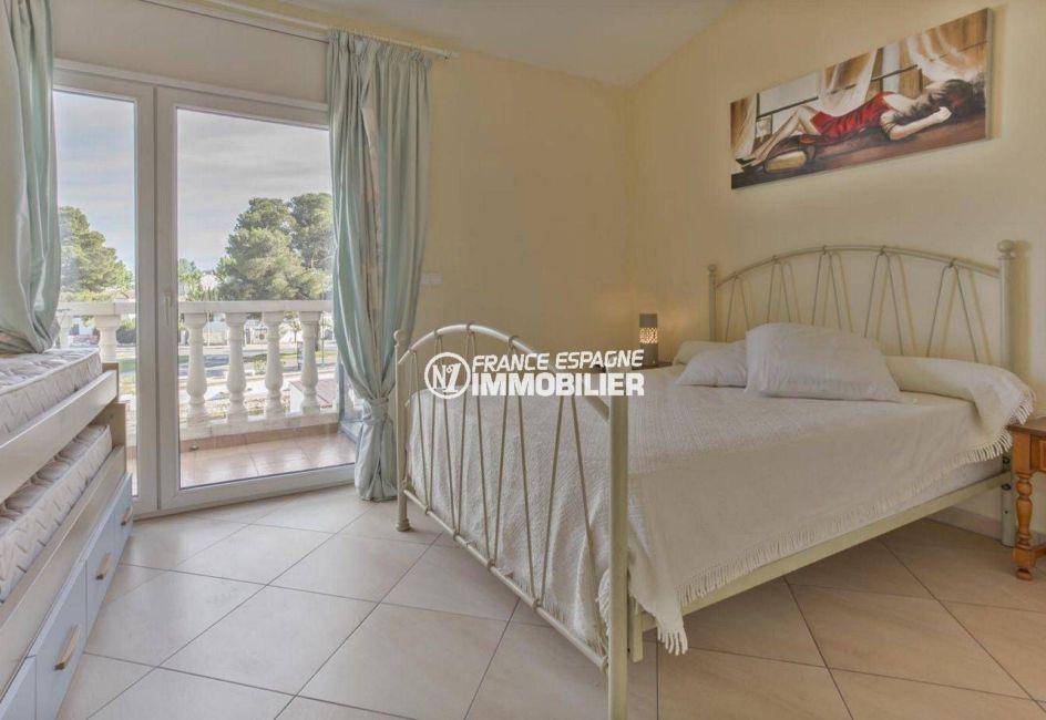 agence immobilière costa brava: villa ref.3834, première chambre: lit double accès balcon