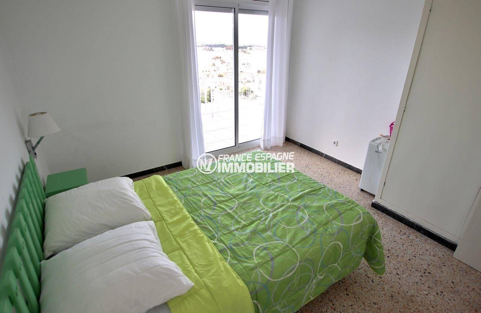 rosas immo: appartement ref.3824, aperçu de la première chambre avec accès à la terrasse