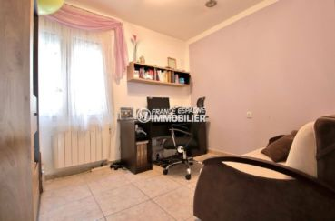 roses immobilier: appartement ref.3820, deuxième chambre avec un bureau et un canapé