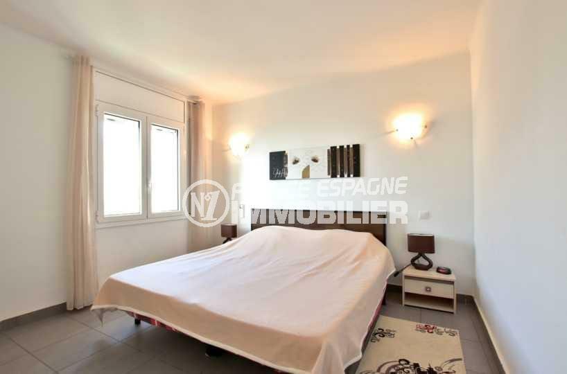 rosas immo: appartement ref.3839, deuxième chambre lumineuse avec lit double