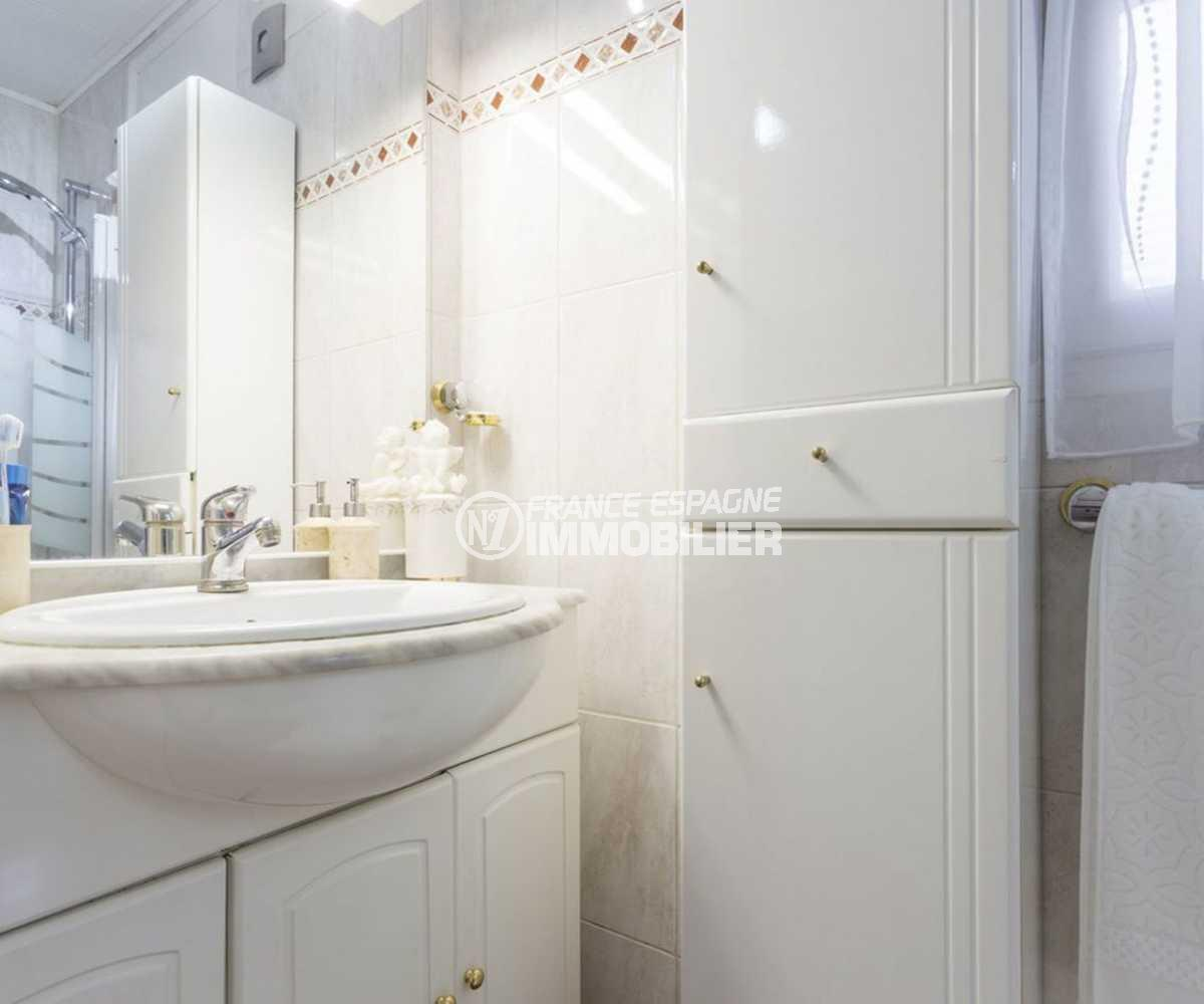 agence immobiliere francaise empuriabrava: villa ref.3828, vasque et cabine douche dans la salle d'eau