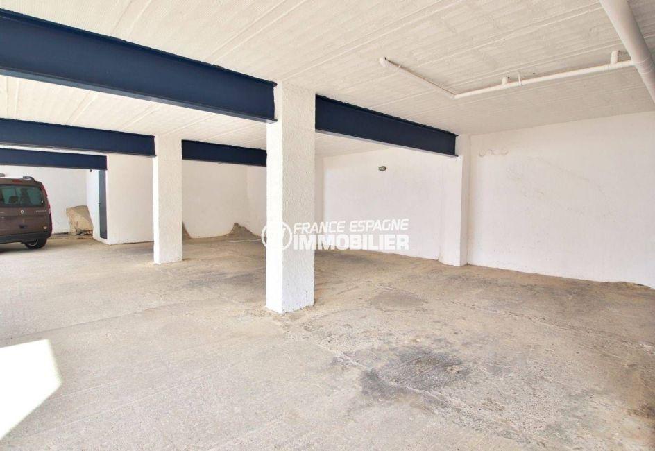 appartement costa brava, ref.3820, vue sur le parking privé de la copropriété