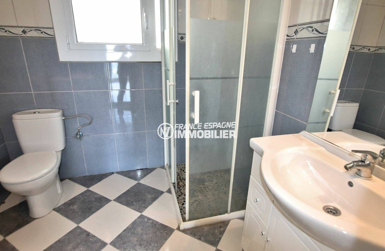 appartement rosas vente, ref.3824, salle d'eau: cabine de douche, vasque et wc