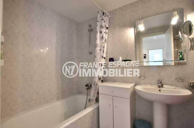 appartement rosas vente, ref.3839, salle de bains: lavabo, baignoire et rangements