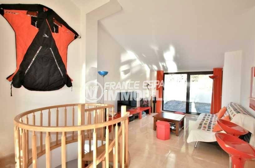 n1immobilier: appartement ref.3823, à l'étage: grande pièce à vivre avec coin cuisine