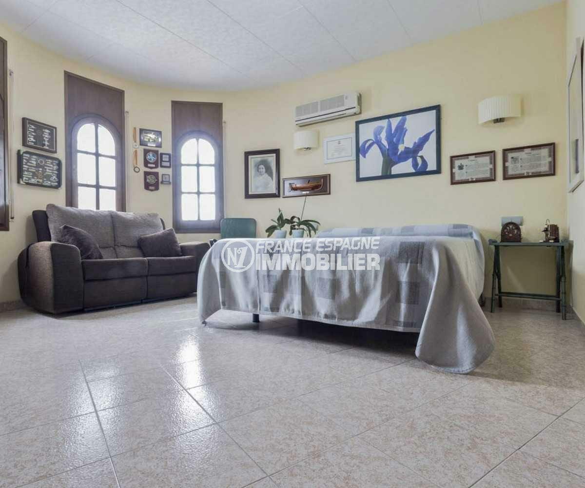 maison à vendre à empuriabrava, ref.3827, première chambre avec lit double et canapé