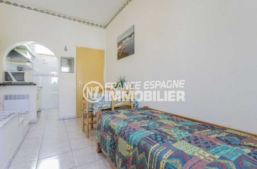 maison costa brava, ref.3832, séjour de l'appartement avec cuisine ouverte et coin repas