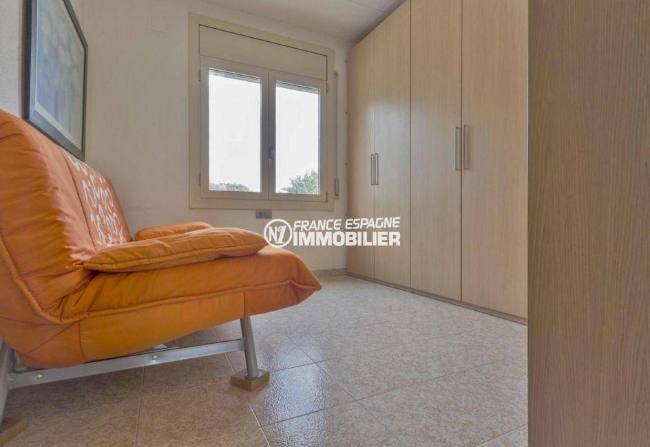 maison a vendre espagne costa brava, ref.3827, pièce aménagée en dressing avec un canapé