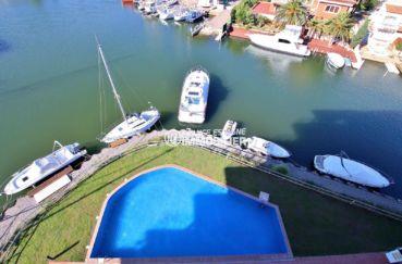 immocenter roses: appartement ref.3812, vue plongeante sur la piscine et la marina