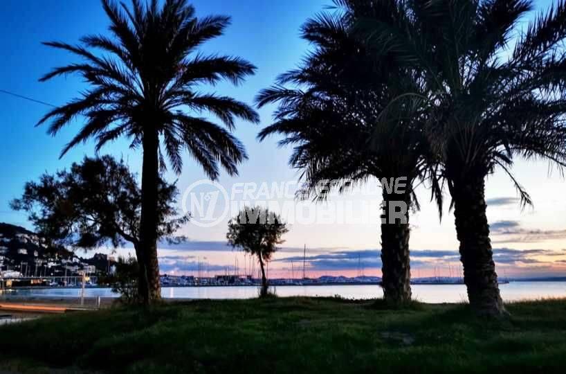 roses immobilier, tombée de la nuit sur la promenade le long de la baie