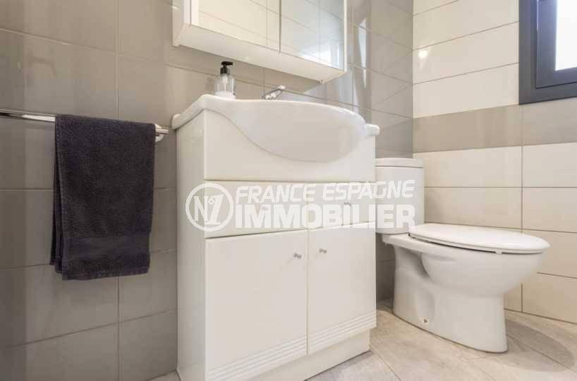 la costa brava: villa ref.3827, première salle de bains avec meuble vasque et toilettes