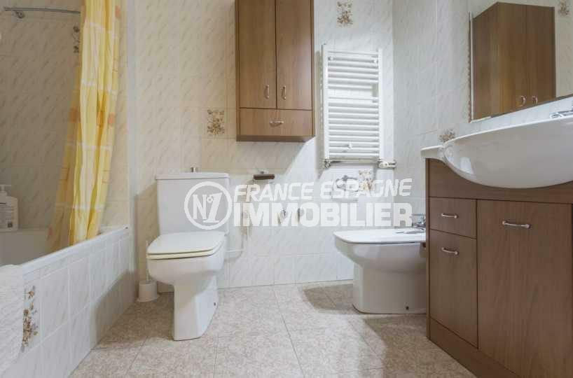 immo costa brava: villa ref.3827, deuxième salle de bains: baignoire, vasque et wc