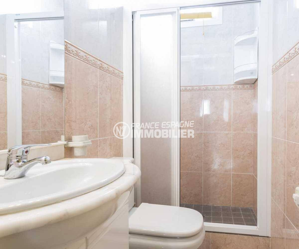 achat maison costa brava, ref.3832, seconde salle d'eau avec cabine douche et toilettes