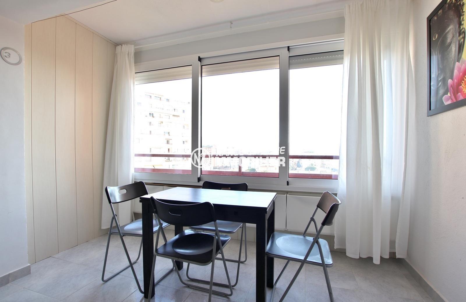 immo roses: studio ref.3845, le coin repas dans la pièce principale