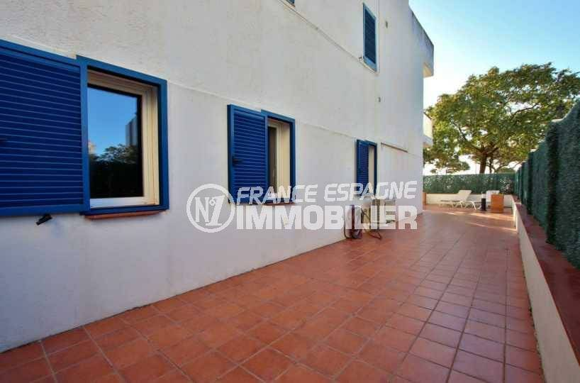 immo roses: ref.3842, terrasse qui entoure une partie de l'appartement de 66 m²