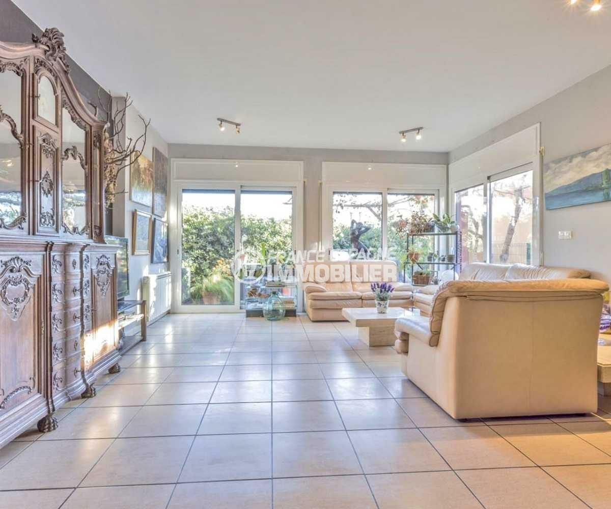 immobilier empuria brava: villa ref.3835, salon / salle à manger avec accès extérieur