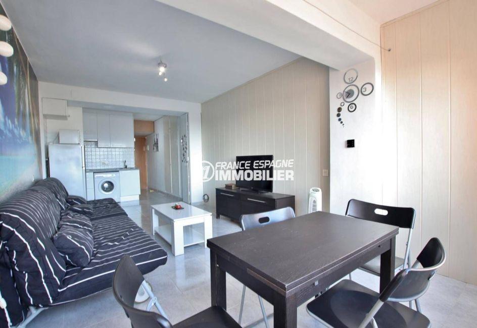 appartement a vendre a rosas, ref.3845, pièce principale avec canapés convertibles