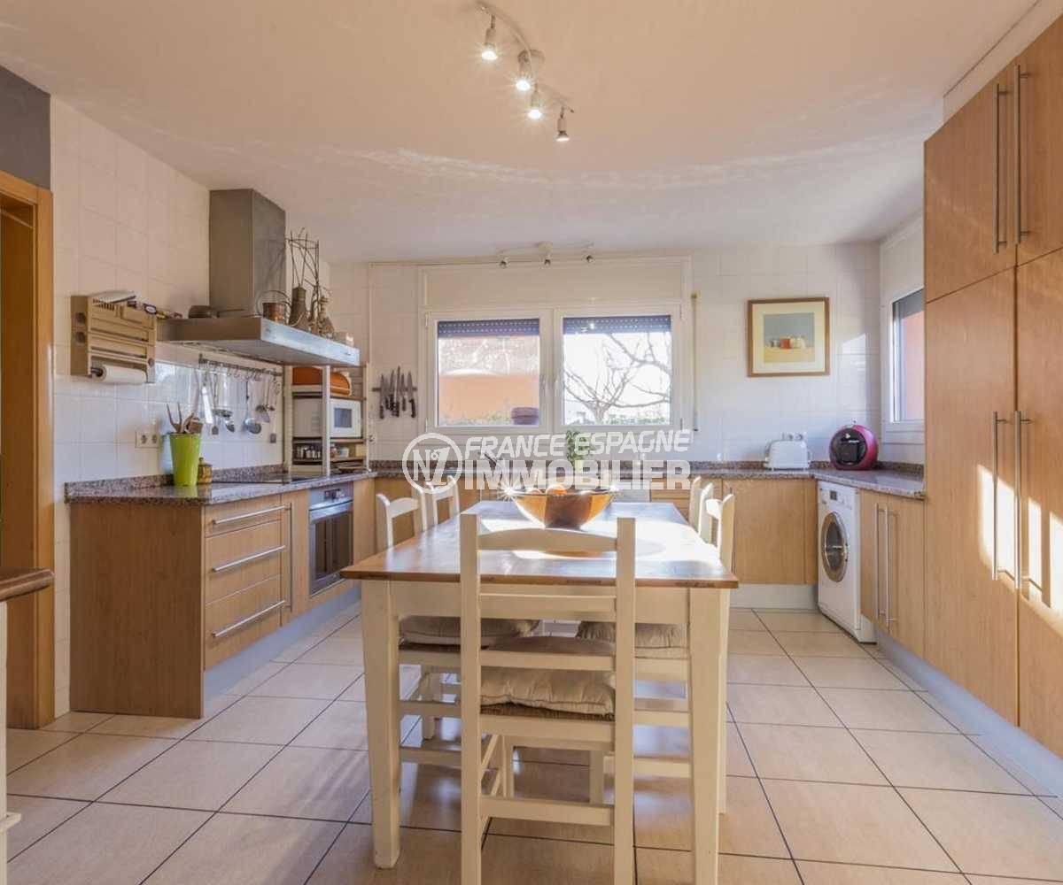 immobilier empuriabrava: villa ref.3835, grande cusine indépendante avec coin repas