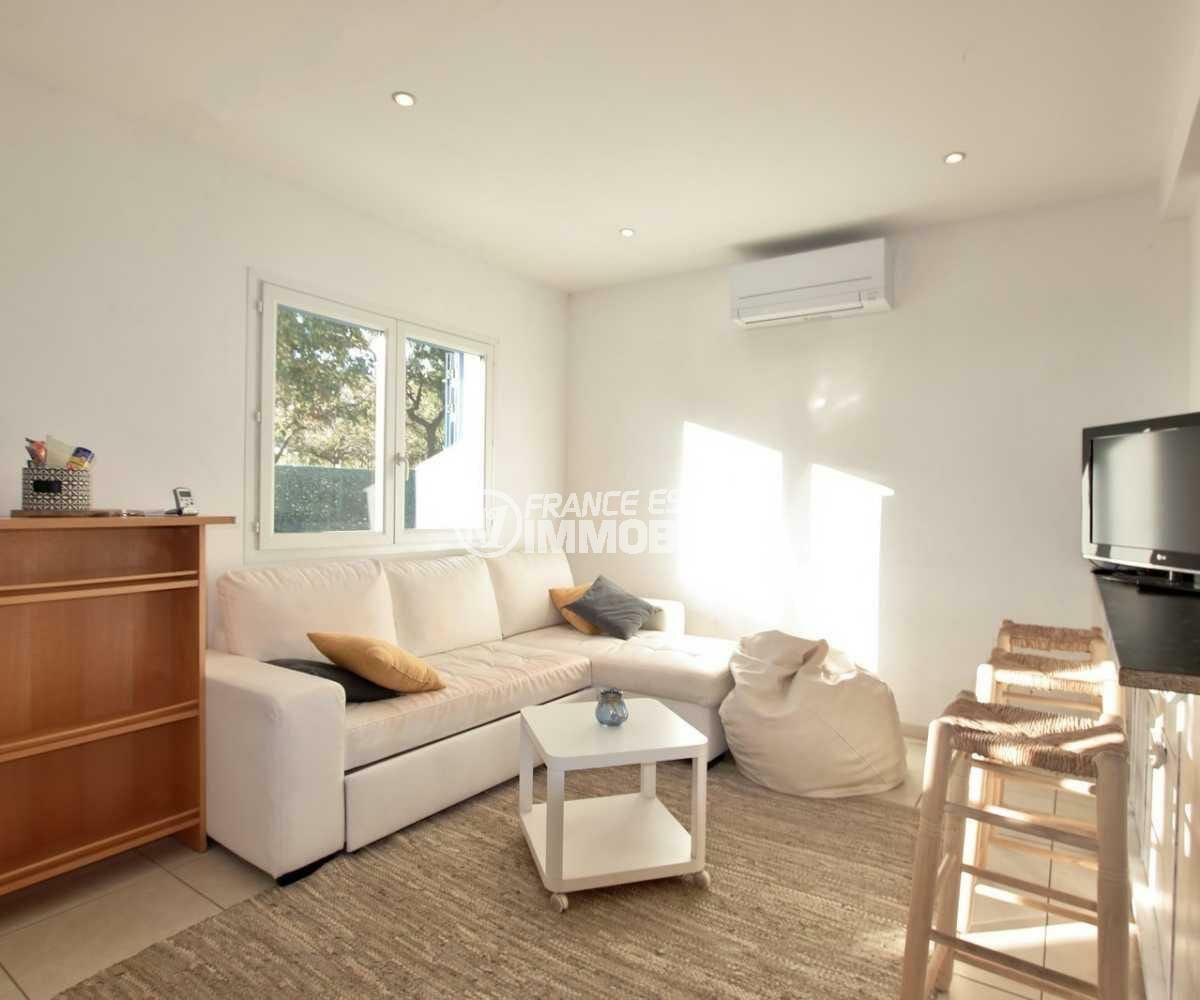 appartement a vendre a rosas, ref.3842, vue sur le salon / séjour avec des rangements