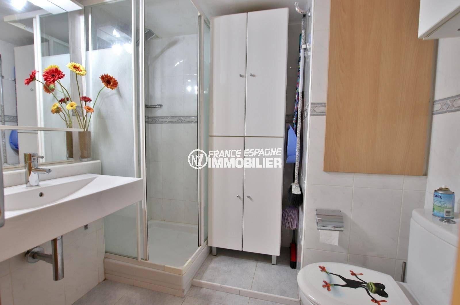 immo roses espagne: studio ref.3845, salle d'eau: cabine de douche, lavabo et wc