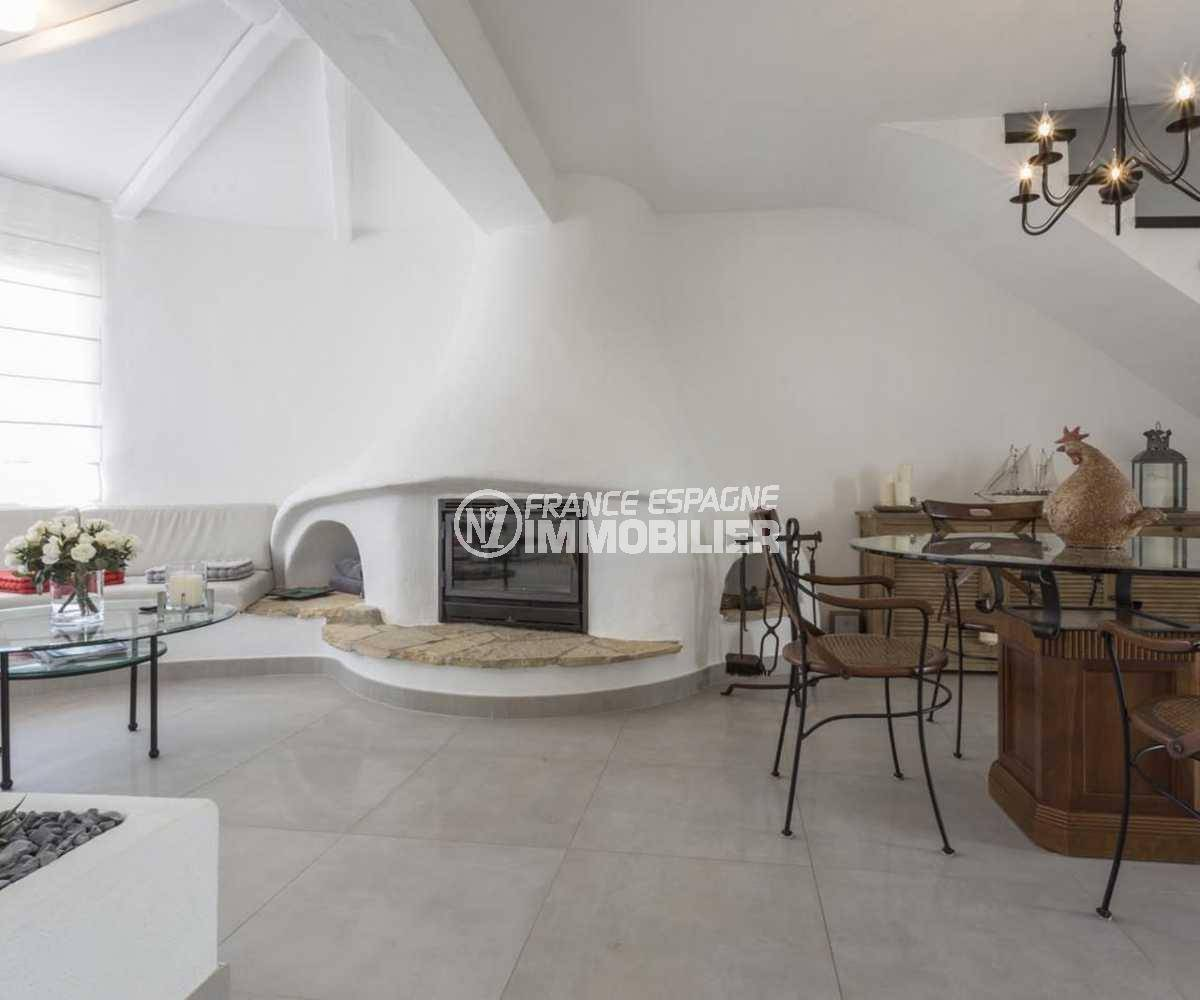 immobilier empuriabrava: villa ref.3830, vaste séjour lumineux avec cheminée