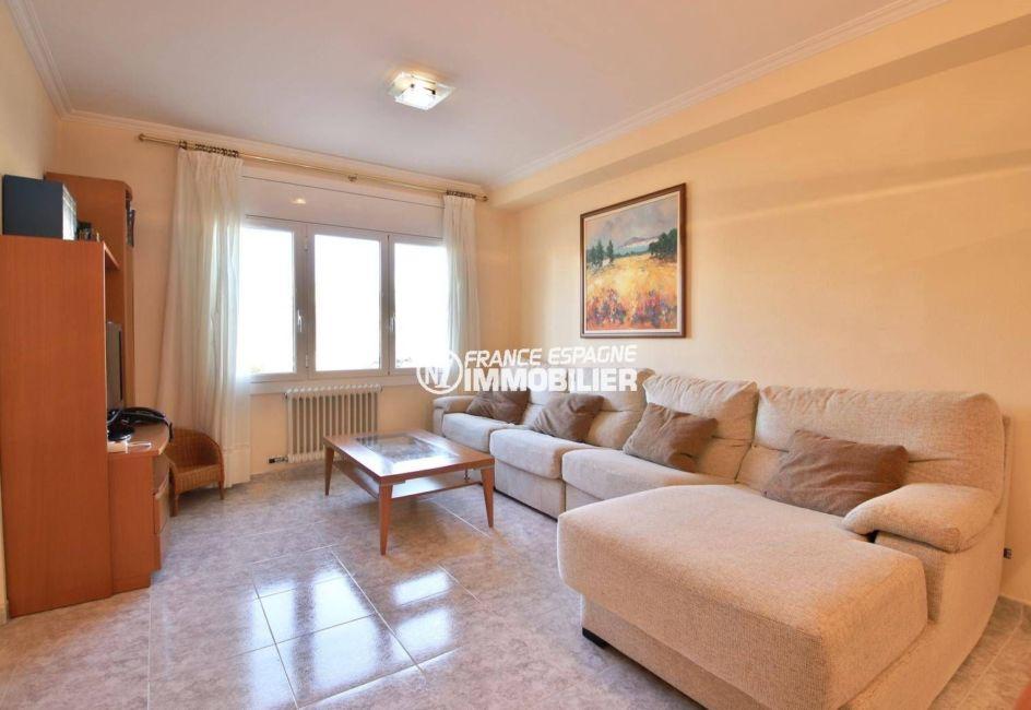 immo roses espagne: villa ref.3841, séjour lumineux avec grand canapé