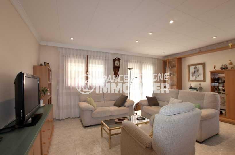 agence immobilière costa brava: villa ref.3840, aperçu du salon avec des rangements