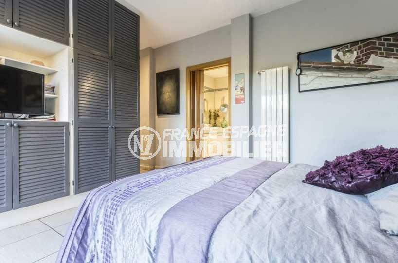 agence immobilière empuriabrava: villa ref.3835, suite parentale avec placards intégrés et accès salle de bains