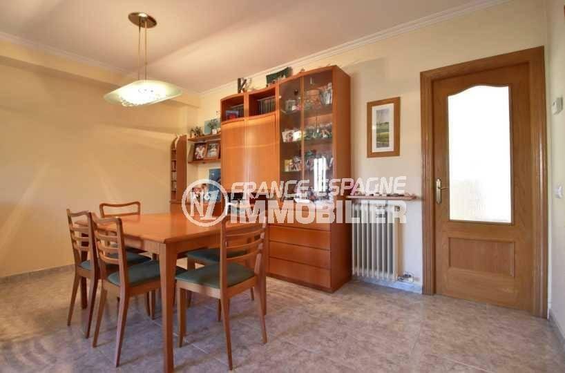 immobilier roses espagne: villa ref.3841, coté salle à manger avec rangements et accès cuisine