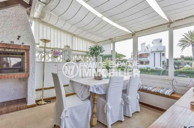 agence immo empuriabrava: villa ref.3831, terrasse véranda avec cheminée / insert
