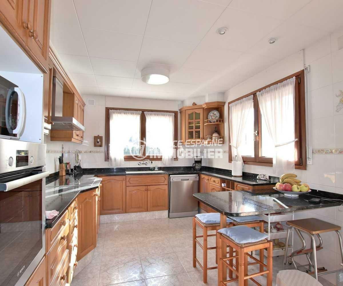 rosas immo: villa ref.3840, cuisine indépendante toute équipée avec des rangements
