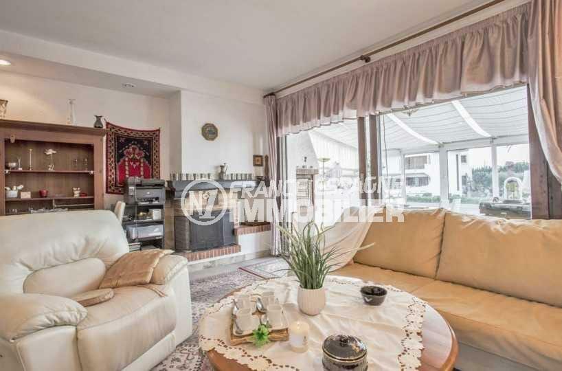agence immobiliere empuriabrava: villa ref.3831, vaste séjour avec cheminée