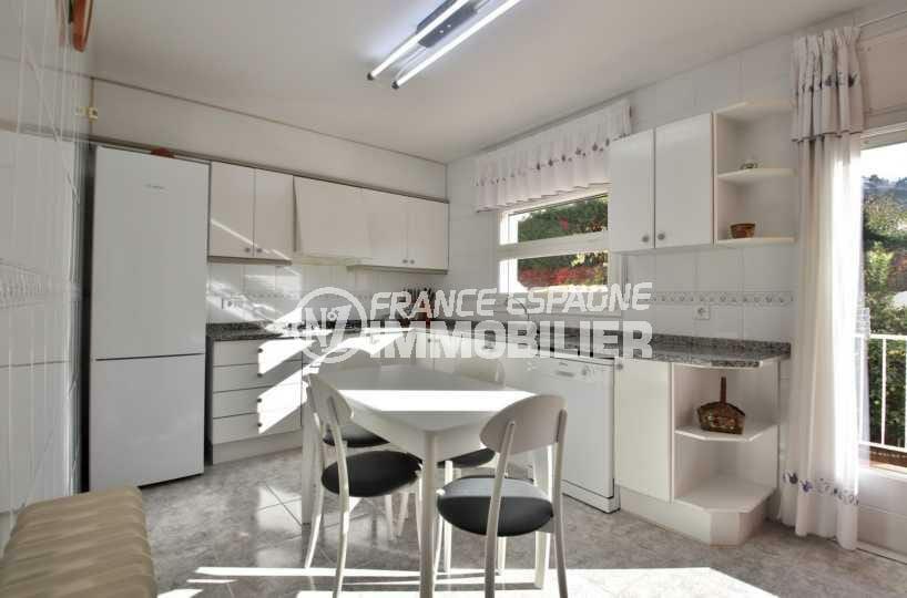 rosas immo: villa ref.3841, grande cuisine avec coin repas et nombreux rangements