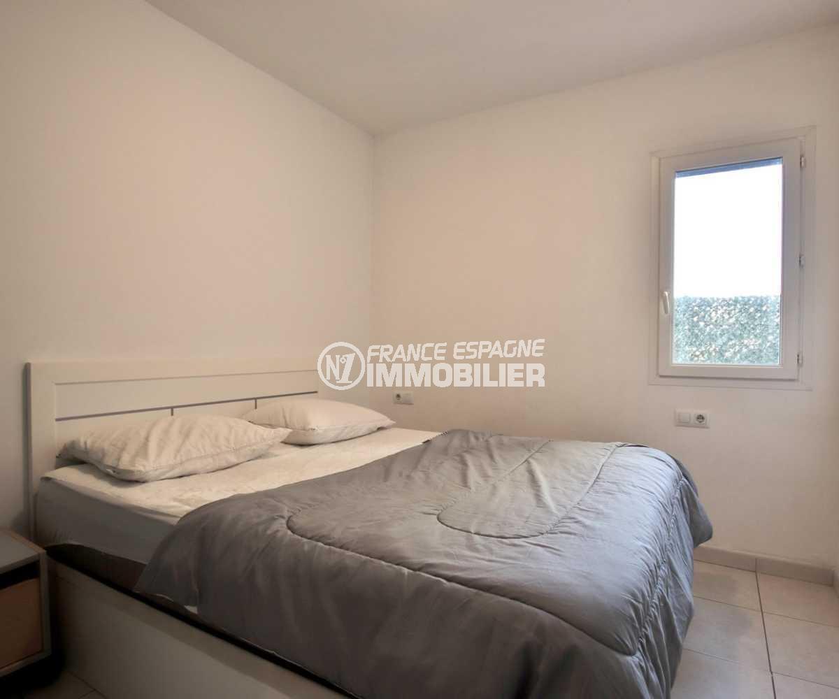 agence immobiliere costa brava: appartement ref.3842, première chambre avec un lit double