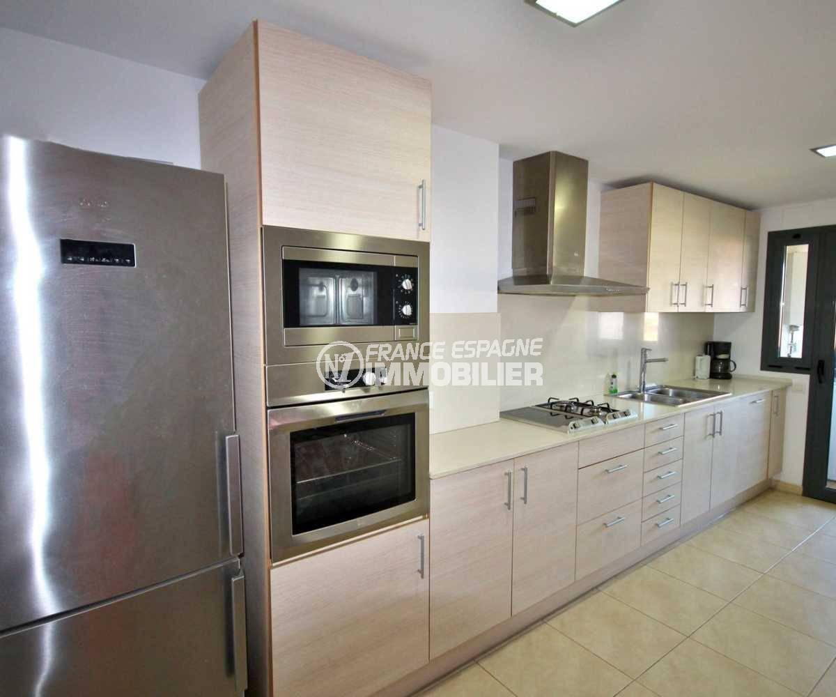 vente appartement empuriabrava, ref.3843, cuisine indépendante donnant sur la terrasse avec vue ville et montagnes