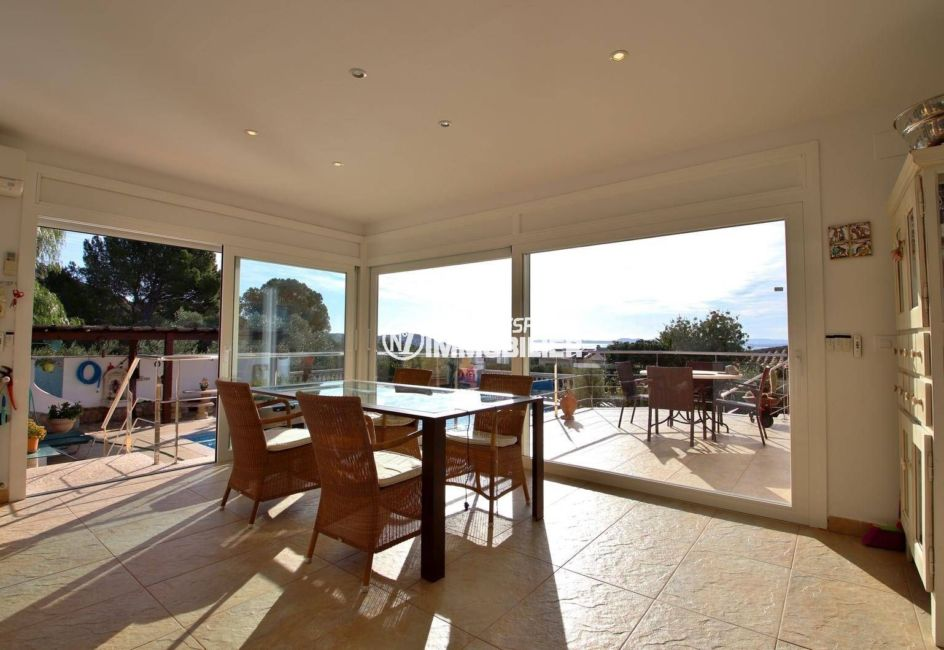 achat maison costa brava, ref.3847, coin repas dans la véranda accès terrasse, piscine