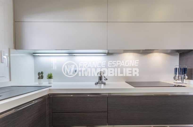 maison a vendre empuriabrava, ref.3830, plan de travail éclairé et plaques à induction dans la cuisine