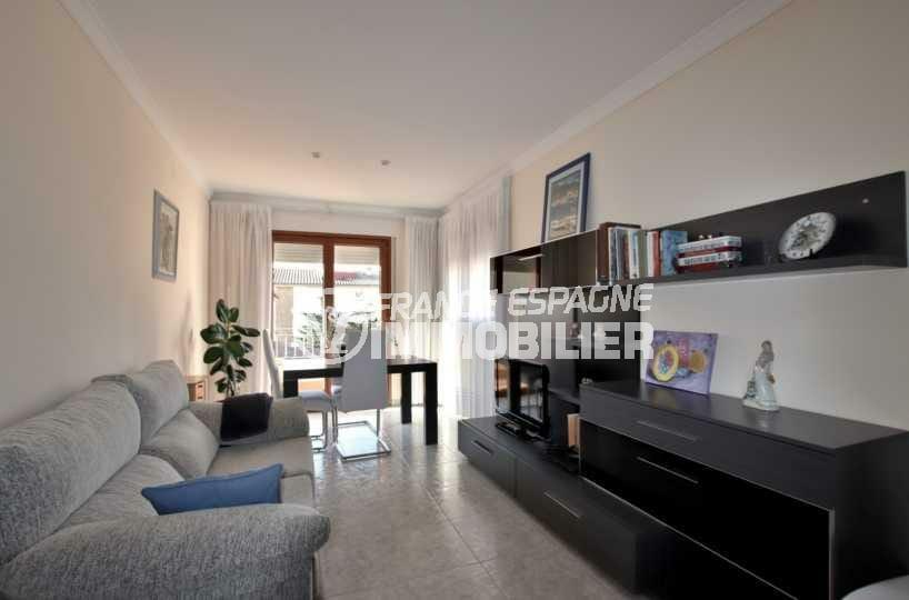 roses immobilier: villa ref.3840, salon /salle à manger à l'étage avec accès terrasse