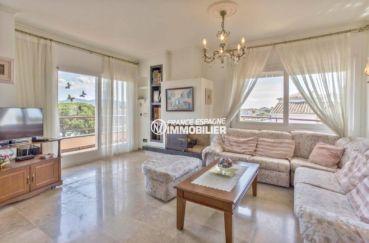 immo espagne costa brava: appartement ref.3829, salpn avec cheminée et grande baie vitrée poiur accès terrasse