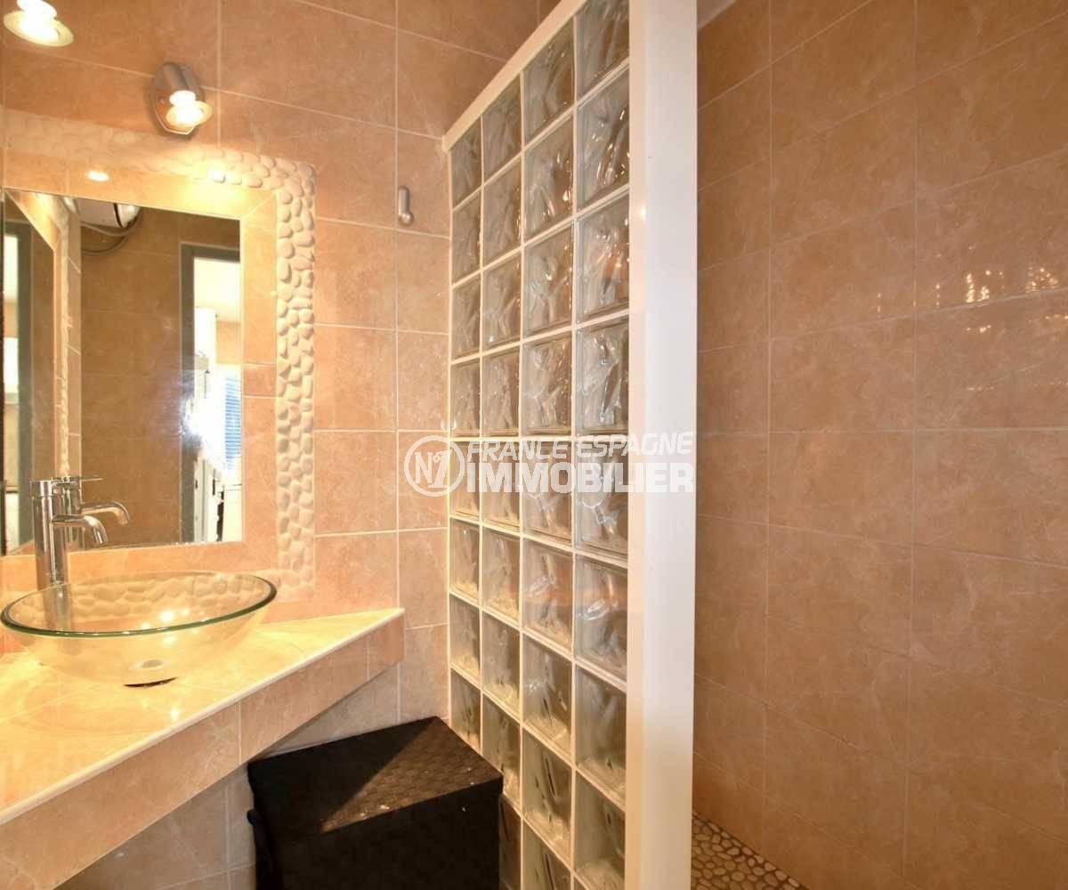 appartement à vendre à rosas espagne, ref.3842, salle d'eau avec douche et vasque