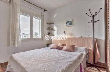 empuriabrava immobilier: villa ref.3831, première chambre avec lit double et vue canal
