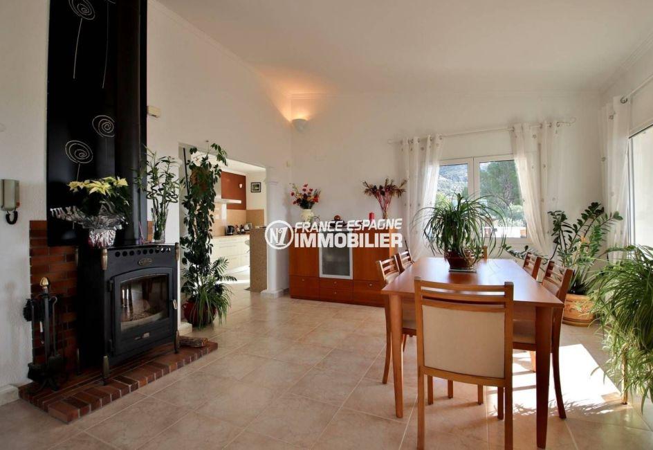 agence immobiliere costa brava espagne: ref.3847, salle à manger: cheminée et rangements