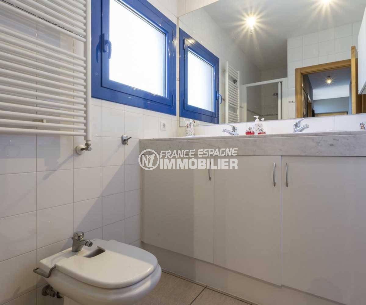 maison costa brava, ref.3835, salle d'eau n°1 à l'étage avec bidet