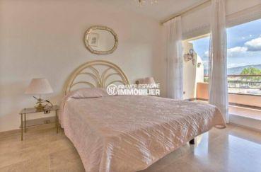 agence empuriabrava: appartement ref.3829, chambre de la suite parentale, portes fenêtres vers la terrasse